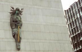 """A escultura de bronze """"Themis"""", de Carlos Maximiliano Fayet, no Palácio da Justiça, é exemplo de diálogo entre arquitetura e artes visuais no cenário urbano."""